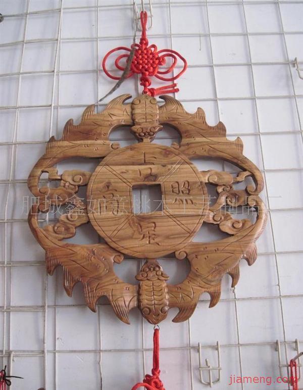 『鑫如意桃木』专业加工生产各种桃木工艺品,工艺礼品,桃木剑,桃木制品、桃木饰品、桃木摆件、桃木台屏、桃木如意、桃核饰品等。公司位于被誉为佛桃之乡的肥城,是世界上最大的桃园(十万亩),已载入世界吉尼斯纪录.佛桃木,木体清香,木质坚韧,密而细腻木纹形似于八卦之图,是避邪之神物,镇宅之宝物. 我们的产品均采用优质佛桃木,采用传统的雕琢工艺,由高级工匠,手工雕刻而成,实为馈赠亲朋好友,居家收藏之佳品;同时我们还支持加工定做各种桃木工艺品礼品,欢迎广大新老客户支持合作!