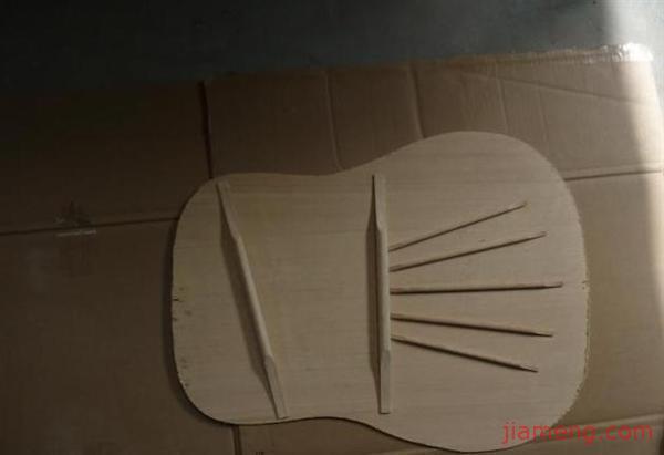 幼儿手工纸箱制作吉他