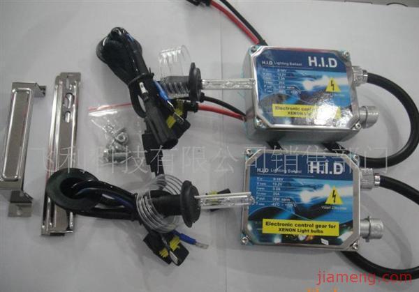 HID氙气灯安装方 HID灯是电弧发光,永无断丝问题。 HID的耗电量只需35W,其发光度为卤素灯的3倍,寿命是卤素灯的5倍。 HID发光的颜色和强度接近于日光。 氙气大灯安装 1、检测车灯的型号是否与本车相符。 2、把原车灯拆下; 3、拆去原线路的接线,在适当的位置用开孔器开一个直径25毫米的孔,用于氙气灯线的引进; 4、拆开氙气灯安全筒; 5、装上氙气灯泡并扣紧,高压线由开孔引出,再将高压线上的防水胶圈护住开孔,防止水和尘土进入大 灯。 6、将安定器固定在适当的位置; 7、接上灯泡和安定器高压线(插